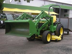John Deere 4100 4WD Tractor, Loader and Bagger / Catcher