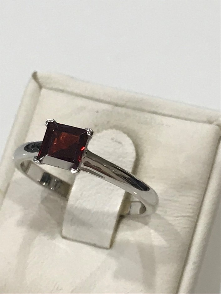 Brilliant 1.25ct Garnet & 18K White/Gold Vermeil Ring. Size L (6)