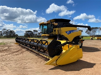 2009 New Holland CR9080 Harvester with 41' New Holland Varifeed Front