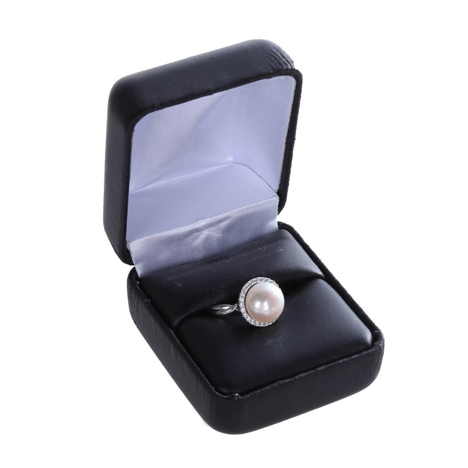 18kt White Gold Diamond Ring with 10mm Cultured Freshwater Pearl and 26 Rou