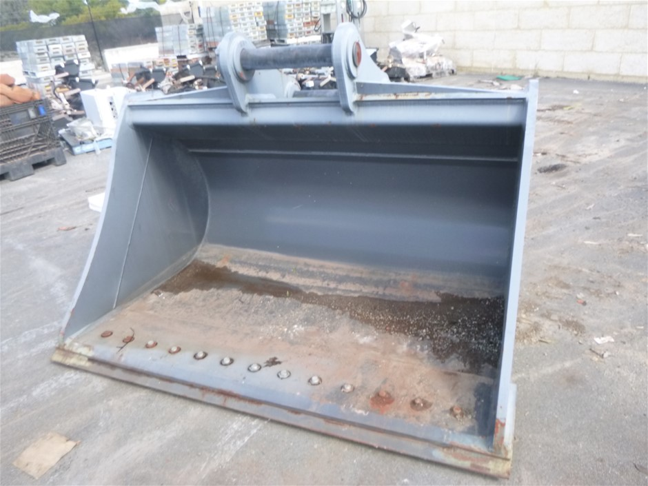 AU 2200mm WIDE BATTER BUCKET WITH BOLT ON EDGE