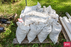 Pallet containing 13 bags decorative mar