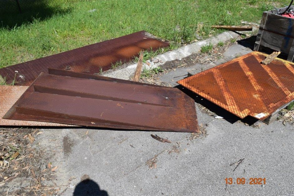 1x Lot of 3 Sections of steel plate and steel Ramp